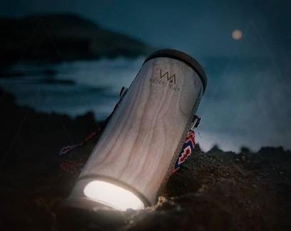 Designer cria luminária portátil que usa energia gerada por água salgada
