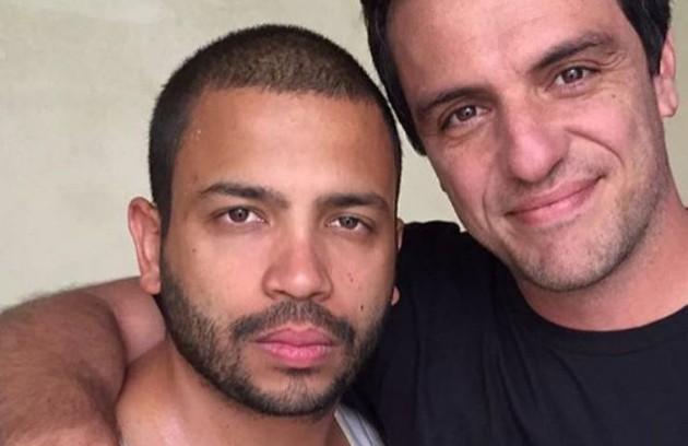 O cantor Projota vai estrear na TV como um dos presidiários da série 'Carcereiros'. Ele grava com Rodrigo Lombardi, protagonista da história, que será lançada ano que vem na Globo (Foto: Reprodução)