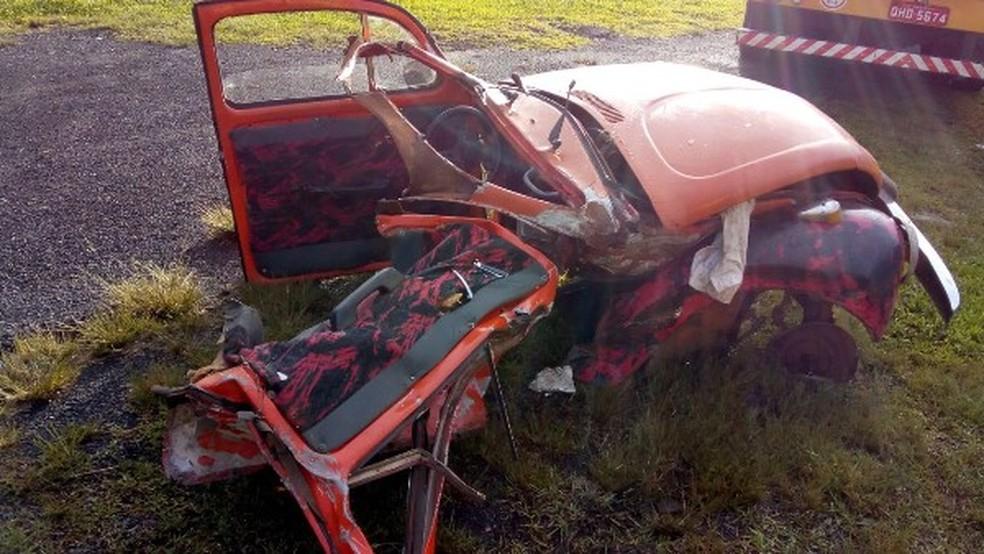 Fusca fica destruído após batida lateral na BR-116 em Santa Cecília na manhã desta segunda-feira (23) (Foto: Autopista Planalto Sul/Divulgação)