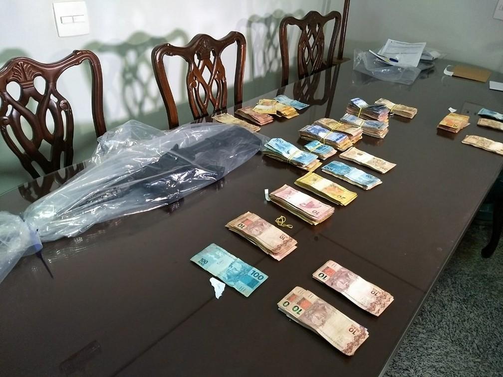 Durante cumprimento de mandados de busca e apreensão, R$ 50 mil foram apreendidos pela polícia — Foto: Valéria Almeida/G1
