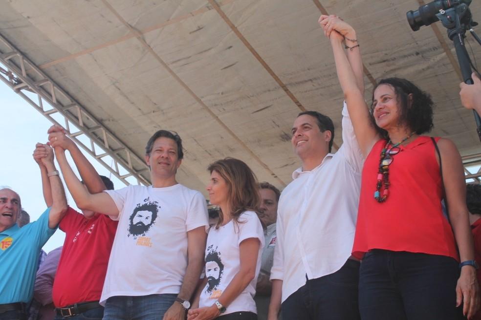 O candidato do PT à Presidência com apoiadores em Petrolina (PE) — Foto: Juliane Peixinho/G1