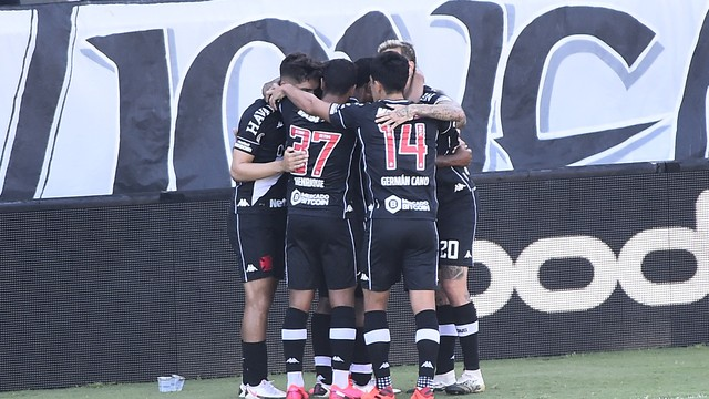 Jogadores do Vasco comemoram gol de Carlinhos contra Santos