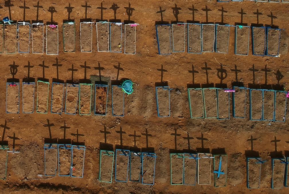15 de junho - Vista aérea do cemitério Parque Taruma, em meio ao surto de coronavírus (COVID-19), em Manaus — Foto: Bruno Kelly/Reuters