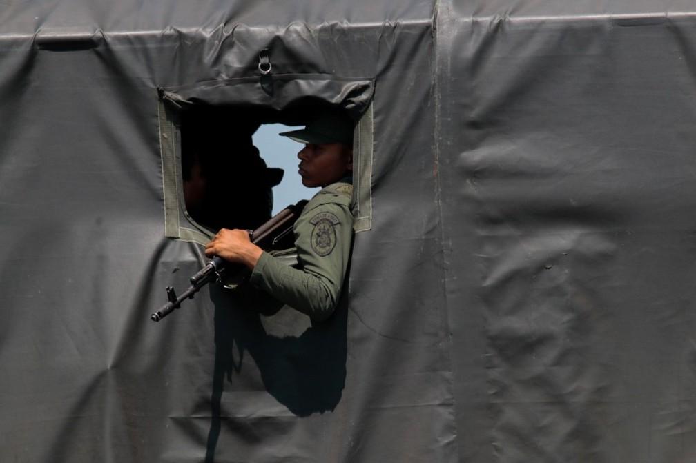 Militares venezuelanos participam de exercício na fronteira com a Colômbia nesta terça-feira (10) — Foto: Schneyder Mendoza/AFP