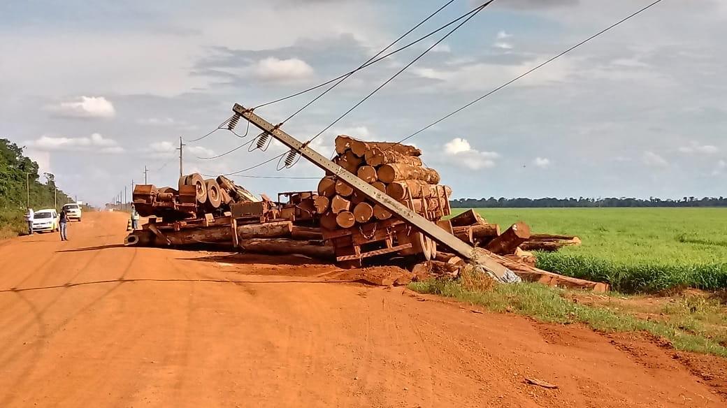 Carreta carregada com madeira bate em poste, tomba e motorista morre em MT