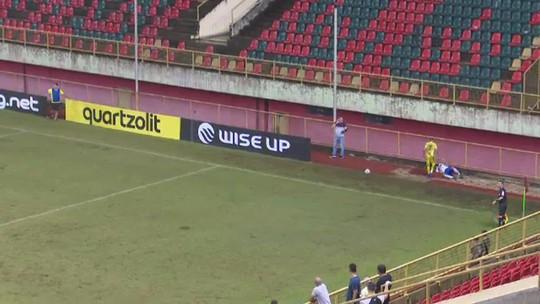 Lateral do Atlético-AC se choca com grade de proteção durante jogo do Acreano; veja o vídeo