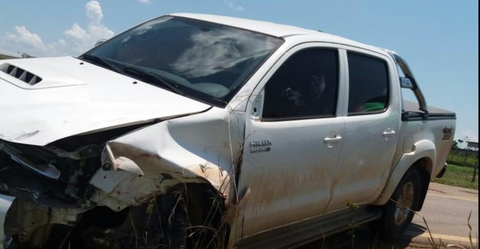 Caminhonete teria desviado de um carro e atingido motocicleta na contramão  — Foto: Divulgação/Polícia Rodoviária Federal no Acre (PRF-AC)