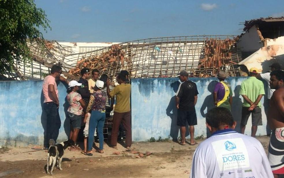 Moradores acompanham o resgate das vítimas (Foto: Aplicativo/TV Sergipe)