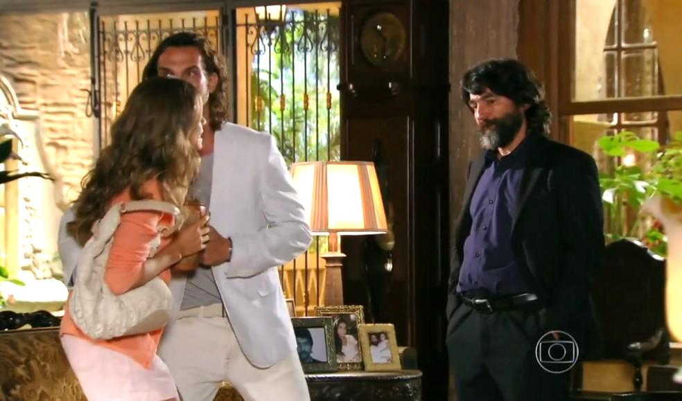 Ester (Grazi Massafera) fica furiosa quando Dom Rafael (Cesar Troncoso) diz que Cassiano (Henri Castelli) era um bandido, em 'Flor do Caribe' — Foto: Globo