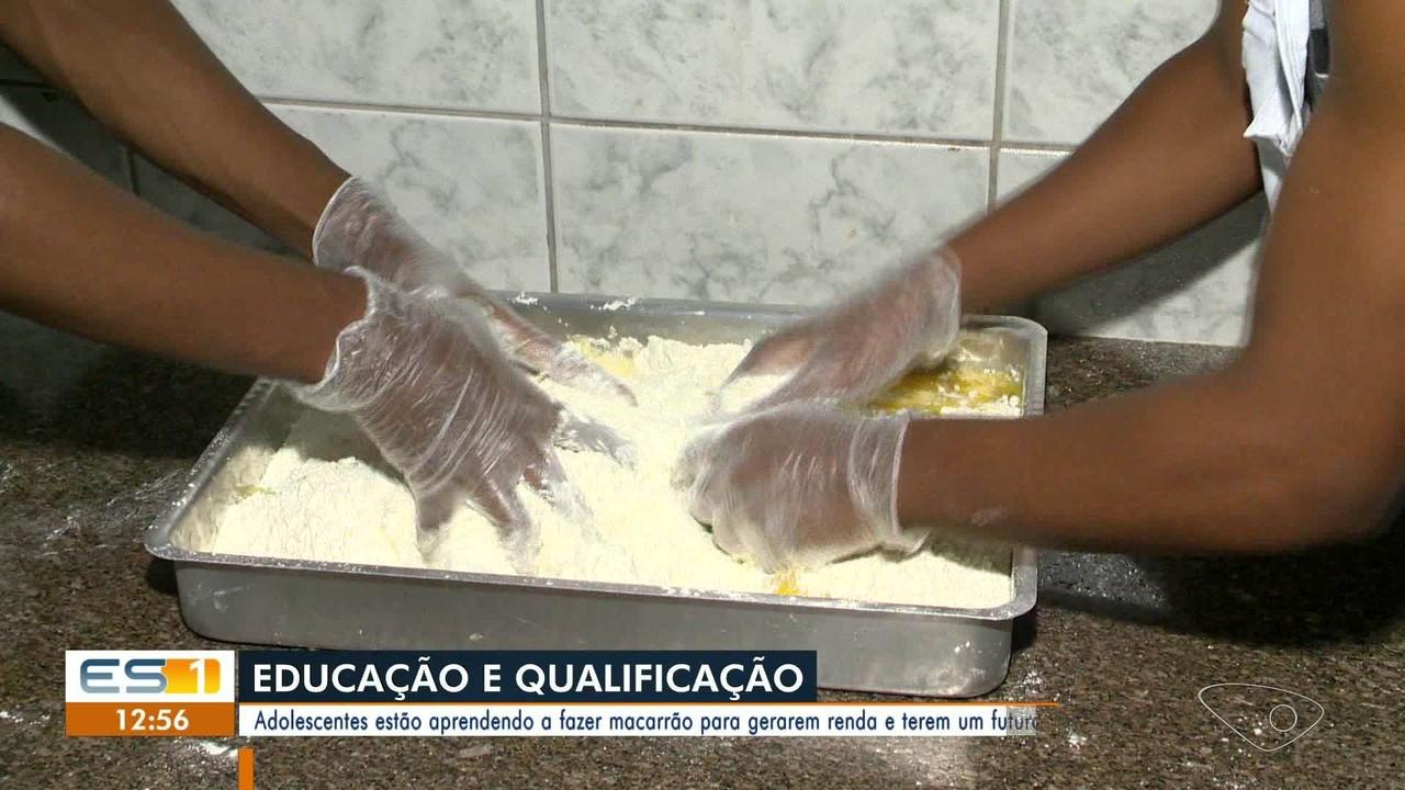 Adolescentes do Iases aprendem a fazer macarrão em curso profissionalizante