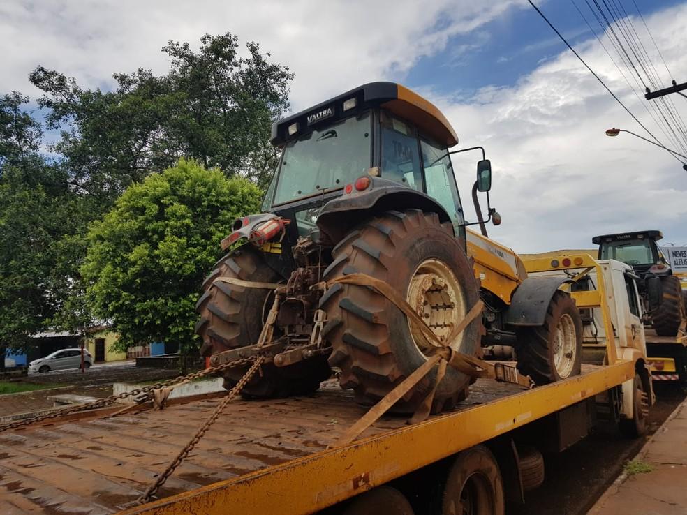 Dois tratores recuperados pela Polícia Civil em Itumbiara, Goiás — Foto: Polícia Civil/Divulgação