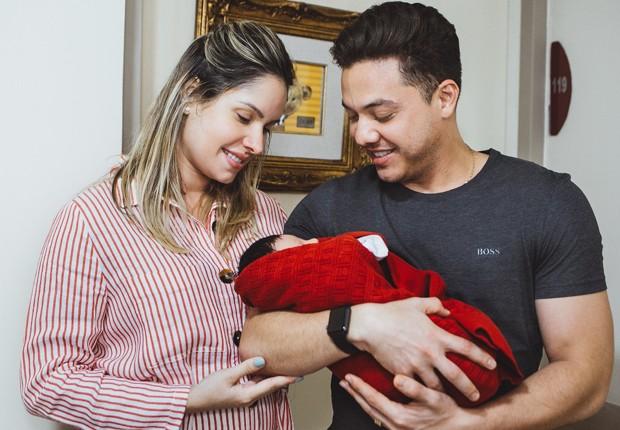 Thyane Dantas e Wesley Safadão ao deixar a maternidade em Fortaleza (Foto: Divulgação)