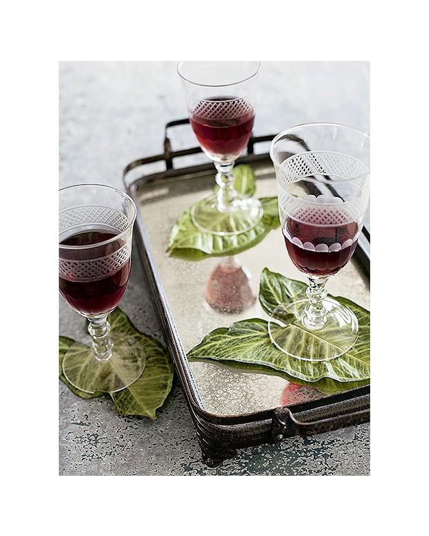 A ornamental singônio também colabora com a decoração da mesa como porta-copos. Taças Da Casa na bandeja Ideia Única (Foto: Elisa Correa/Editora Globo)