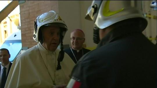 Papa usa capacete em cidade atingida por terremoto