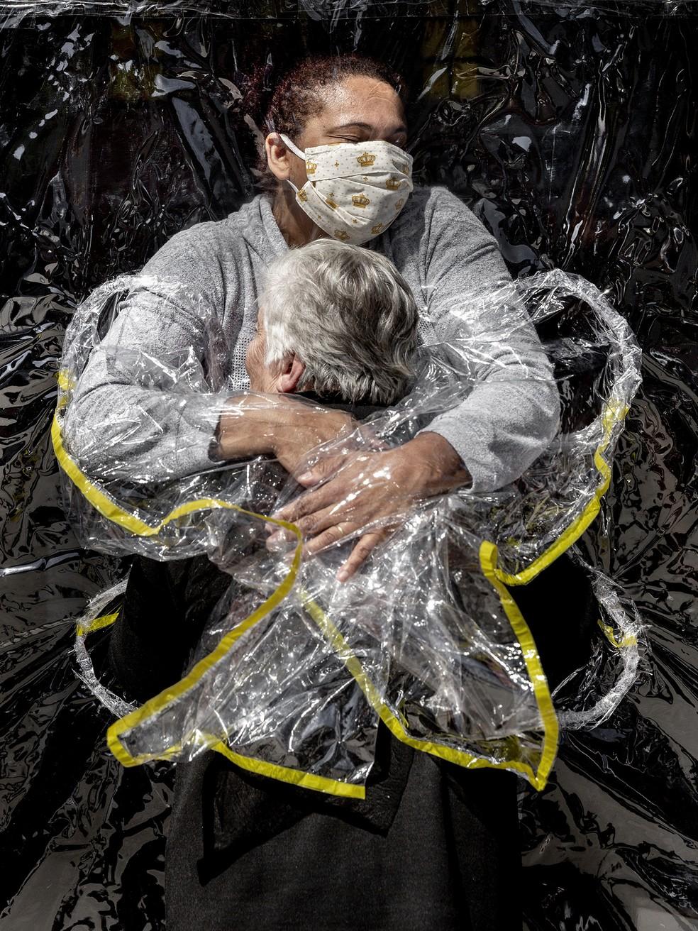 Abraço de cuidadora e idosa ganha prêmio internacional de fotografia. Na imagem, Rosa Lunardi, de 85 anos, recebe abraço da enfermeira Adriana Silva da Costa Souza na casa de repouso Viva Bem em São Paulo, em 5 de agosto de 2020 — Foto: Mads Nissen/Politiken/Panos Pictures/World Press Photo via AP