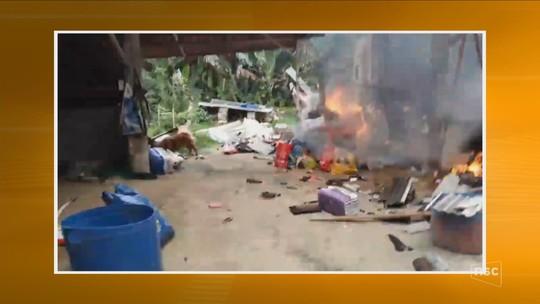 Incêndio destrói abrigo para cães abandonados e quatro animais morrem em Brusque; veja vídeo