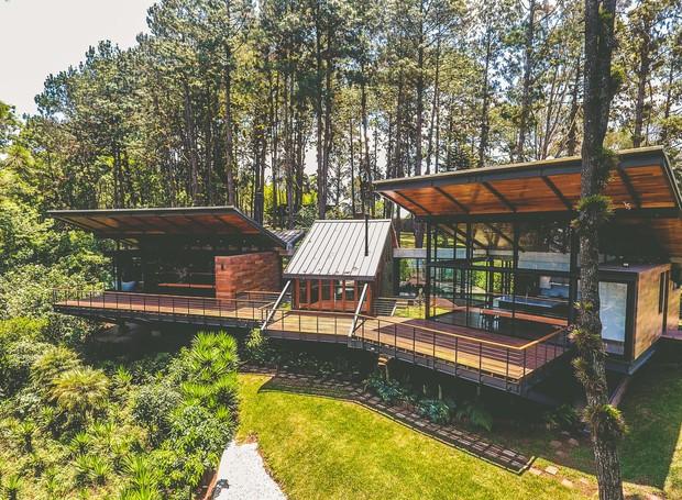Por meio te placas de metal, a casa é sustentada, dando a impressão de que a construção flutua entre a floresta (Foto: Andrés Asturias)