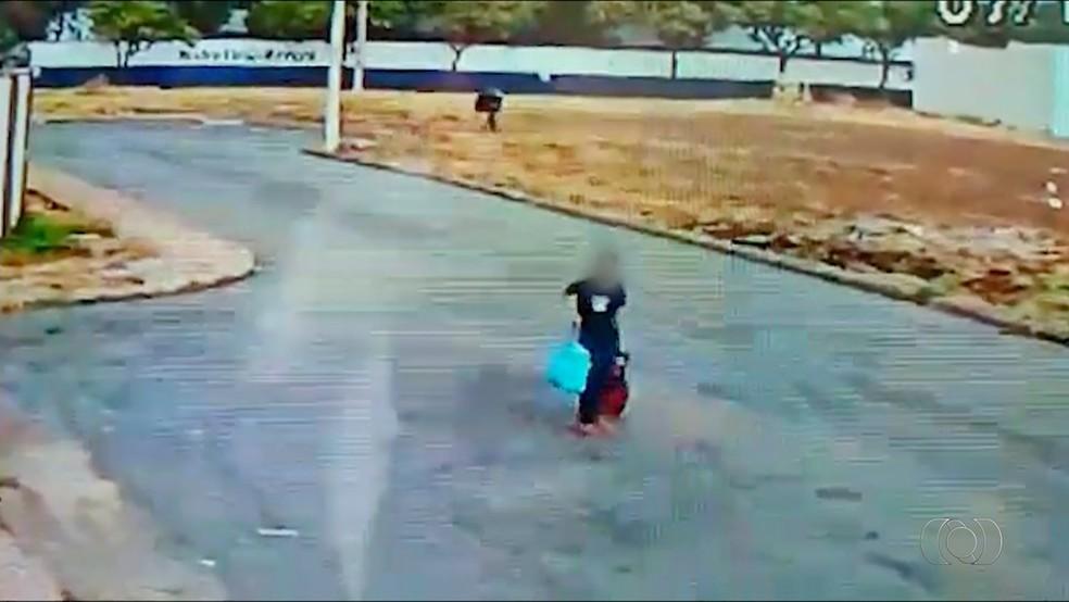 Criminosos fogem tanquilamente a pé com obejtos roubados  (Foto: TV Anhanguera/Reprodução )