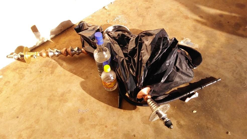 PM aprendeu bebidas, narguilé e porção de maconha na tabacaria (Foto: Osvaldo Nóbrega/TV Morena)