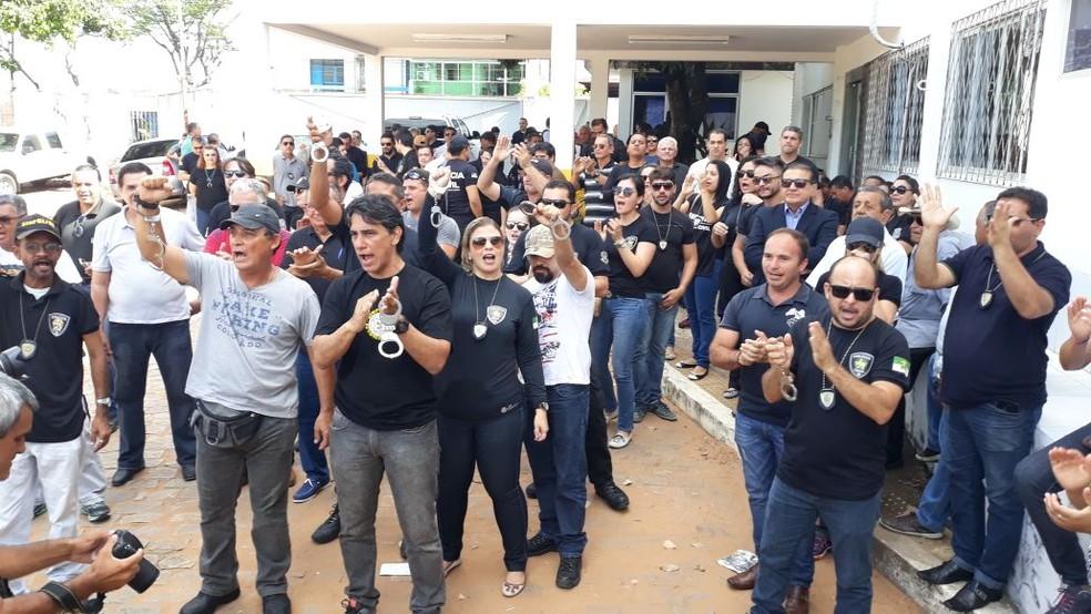 whatsapp-image-2018-01-03-at-08.45.15 Com algemas nos punhos, policiais civis se apresentam para serem presos em Natal