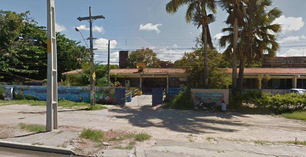 A Escola Argentina Castello Branco, fica no bairro de Jatobá, em Olinda, e também oferece vagas para o EJA Ensino Médio (Foto: Reprodução/Google Street View)