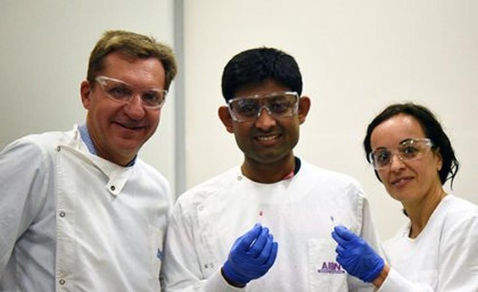Os cientistas Matt Trau, Abu Sina e Laura Carrascosa — Foto: Universidade de Queensland