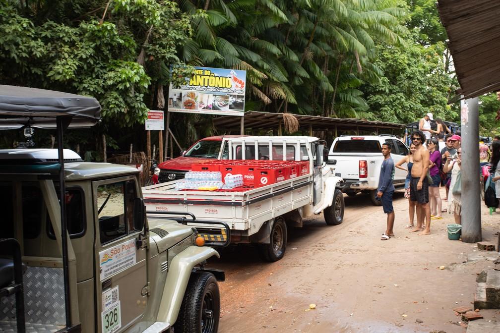 Carros após travessia de balsa no Rio Preguiças: caminho necessário para seguir rumo aos lençóis — Foto: Celso Tavares/G1