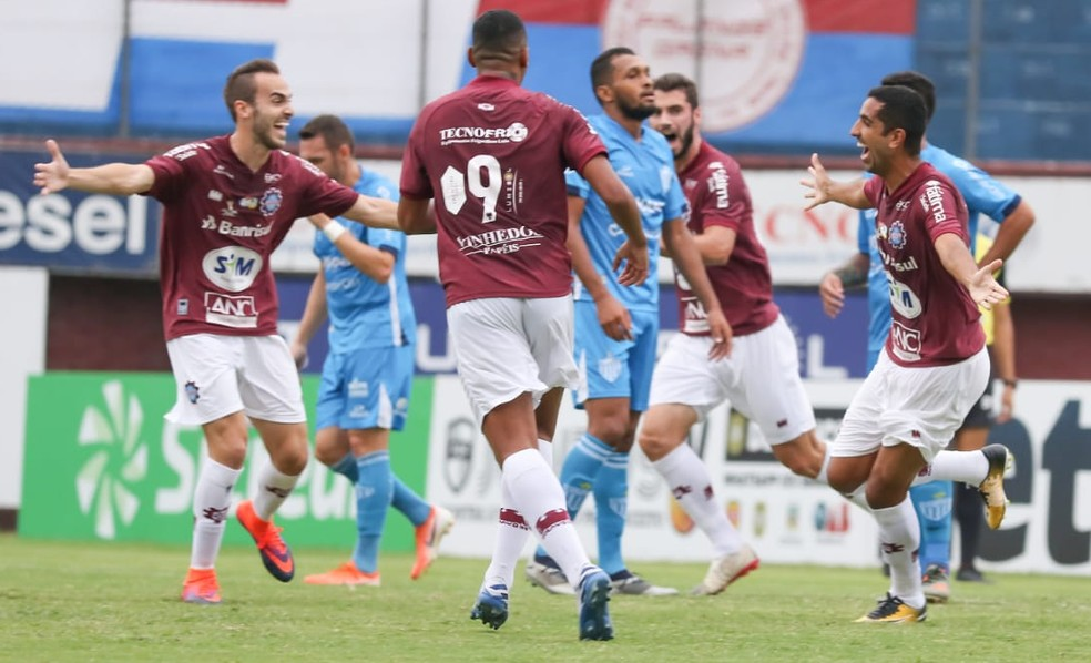 Tontini (E) assinou com o Caxias — Foto: Luiz Erbes / SER Caxias