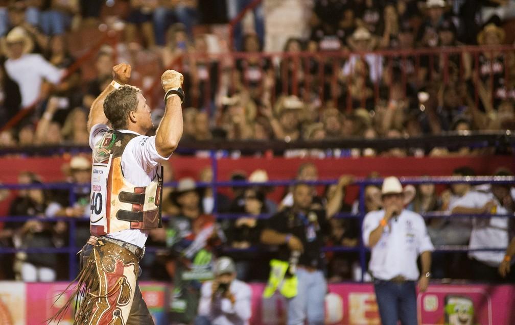 Peão Rafael Ribeiro comemora parada sobre o touro Gira Mundo na final do Rodeio Internacional (Foto: Érico Andrade/G1)