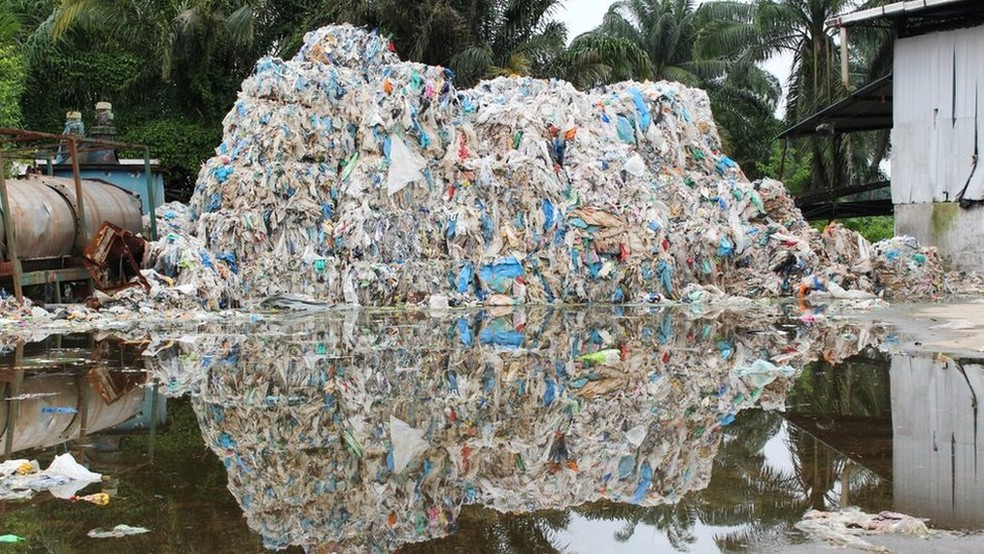 Como moradores salvaram cidade do 'lixo ocidental' na Malásia — Foto: BBC