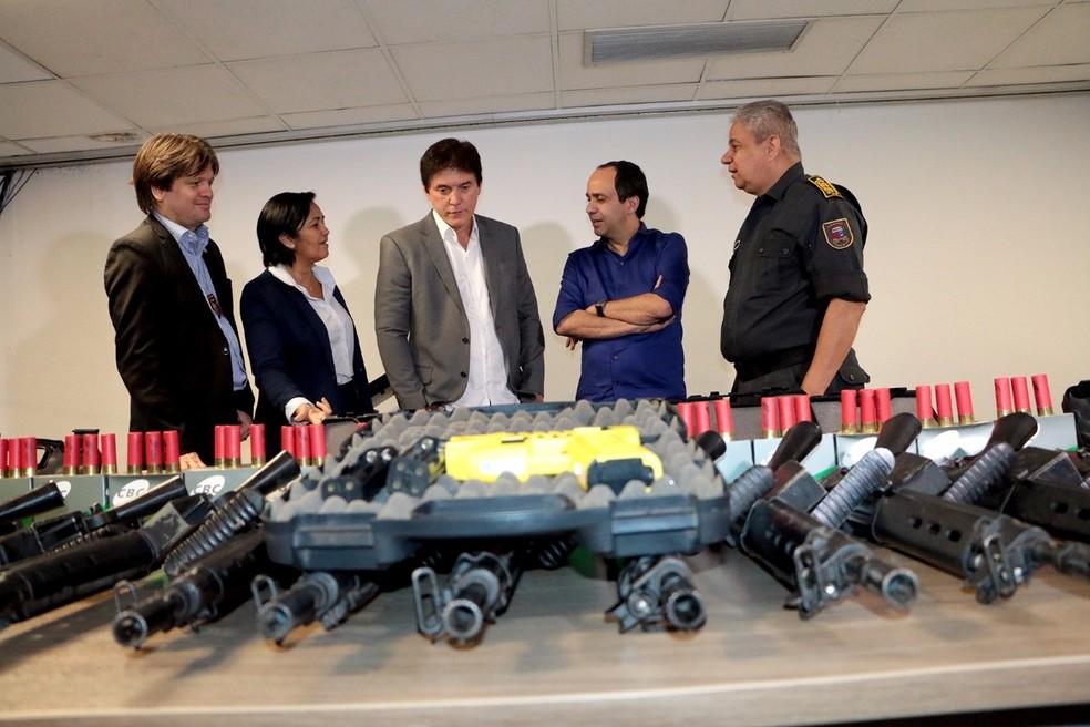 Entrega de armas, munições e equipamentos de segurança aconteceu nesta sexta (15) (Foto: Assecom/Governo do RN)