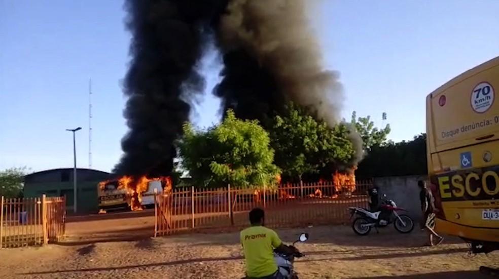 Transporte escolar são incendiados em Piracuruca — Foto: Reprodução TV Clube