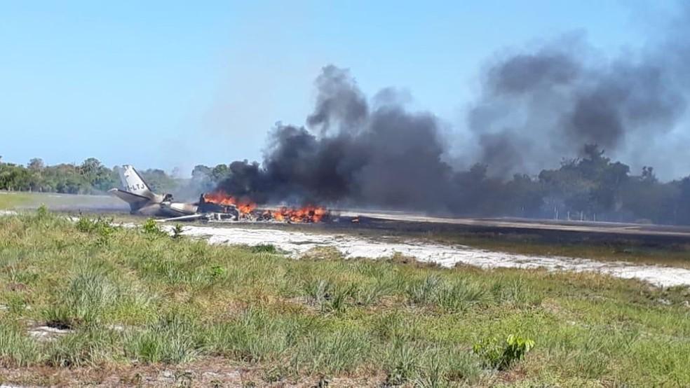 Aeronave pegou fogo após o acidente — Foto: Dudu Face/Camamu Noticias