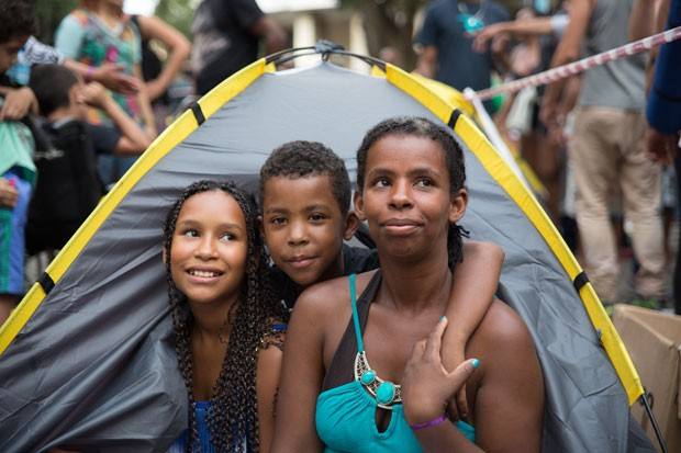 Leig Laura Aprigio dos Santos com os filhos Jonathan, de 9 anos e Bruna (Foto: Zedu Moreau)