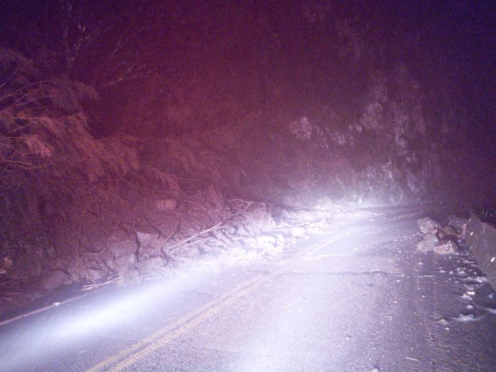 Nova queda de barreira na Serra do Rio do Rastro na noite de terça provocou interdição da ligação entre a Serra e o Sul de SC — Foto: PMRv/Divulgação