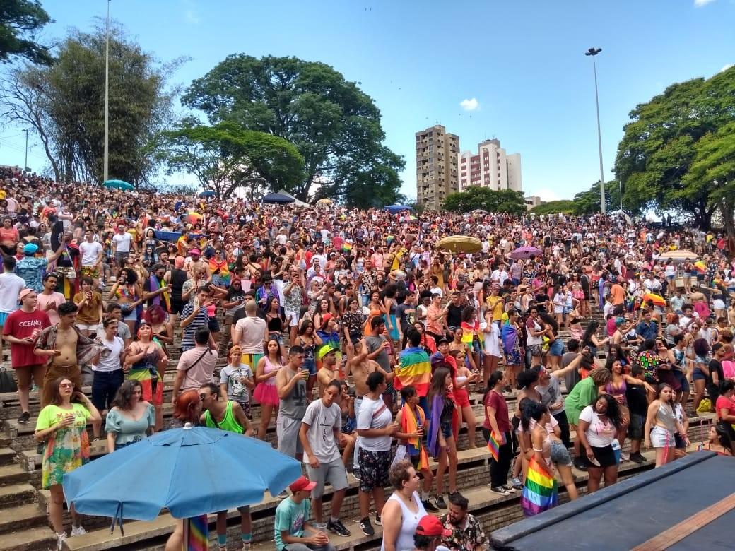 Milhares de pessoas participam da 3ª Parada Cultural LGBTI em Londrina - Notícias - Plantão Diário