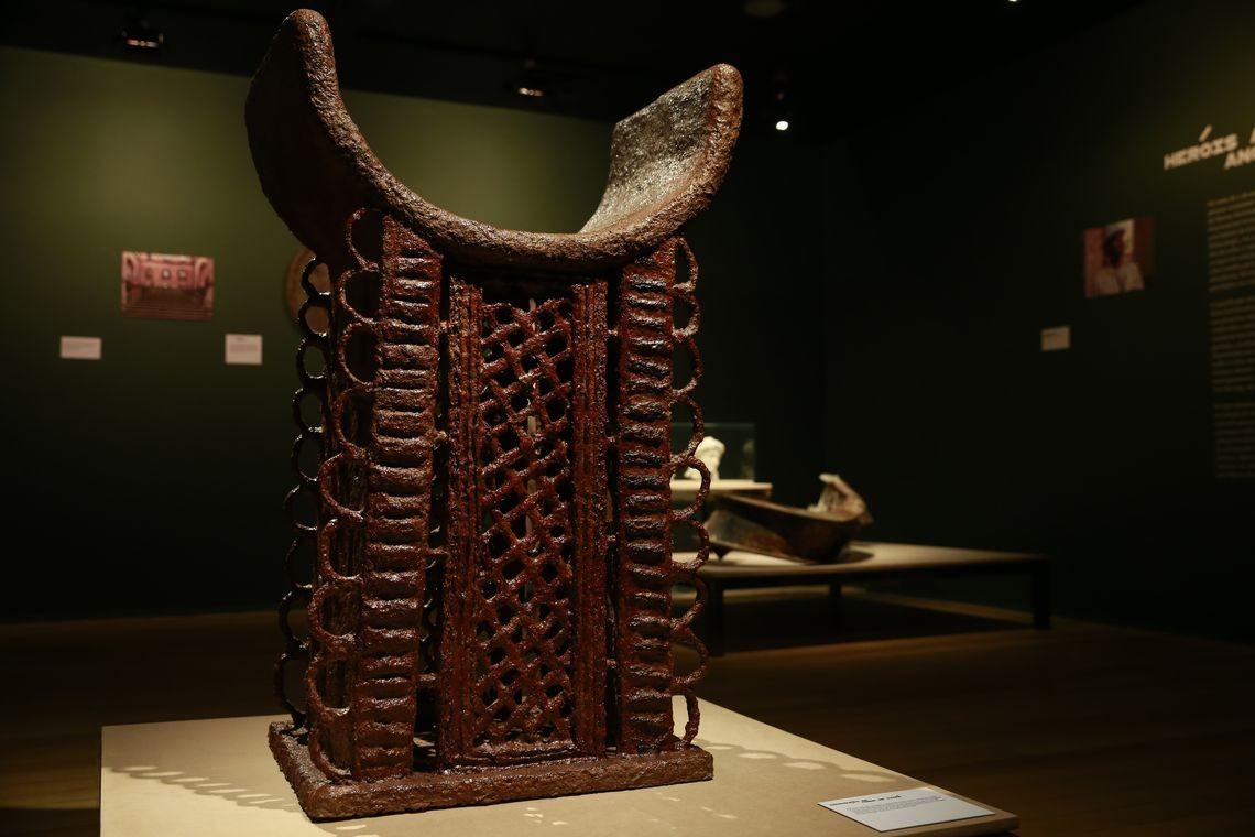 Trono de Adandozan, do reino africano de Daomé, reproduzido por aluno de 13 anos  (Foto: Fernando Frazão/Agência Brasil)