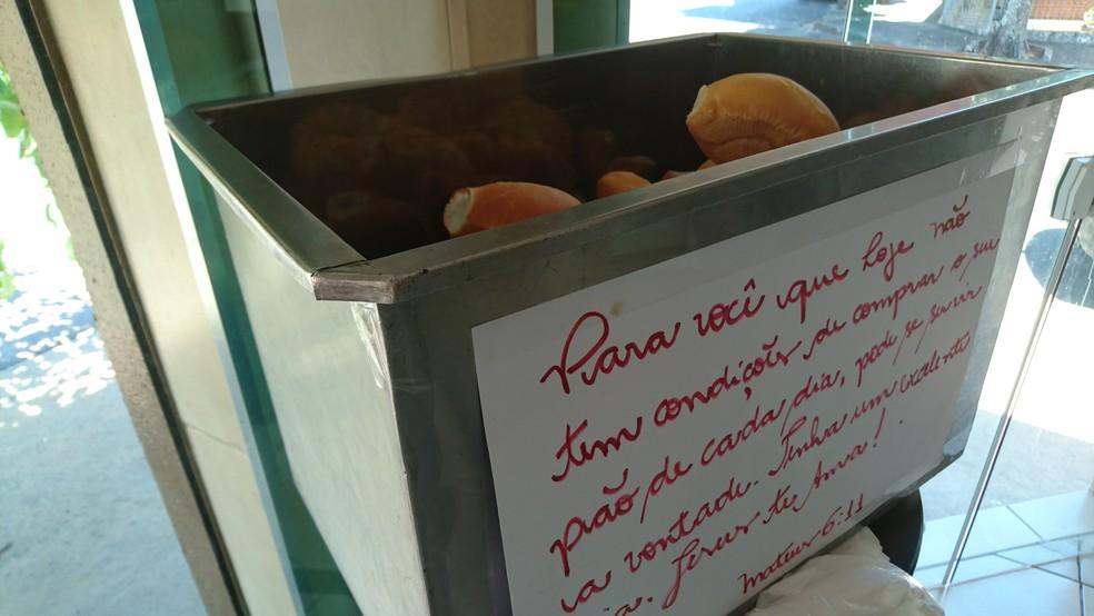 Padaria de Pirajuí oferece pães de graça para quem não pode pagar — Foto: Renata Marconi/G1