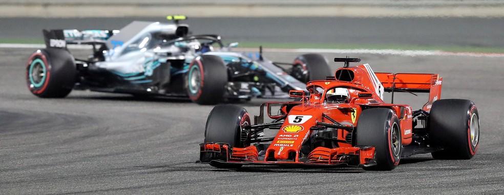 Ainda no começo da prova no Barein, Vettel à frente de Bottas (Foto: Reuters)