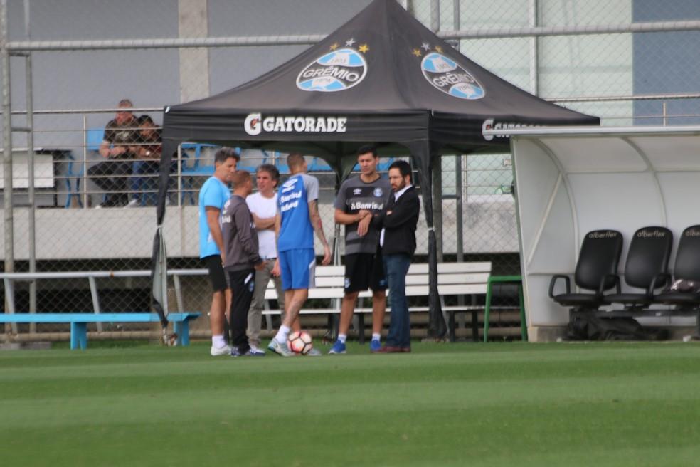 Na segunda-feira, Luan apenas correu no CT e conversou muito com comissão (Foto: Eduardo Deconto/GloboEsporte.com)