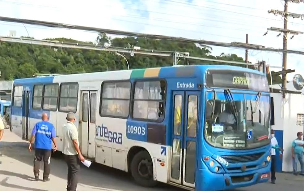 Ônibus voltaram a circular por volta das 8h — Foto: Reprodução/TV Bahia