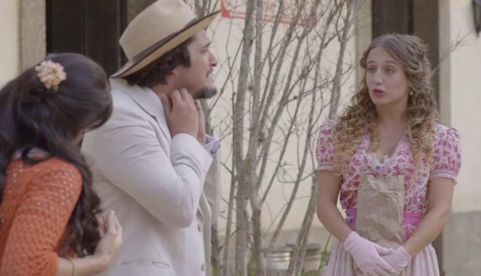 Eles não aguentam a coceira e Lídia se vangloria do que fez. Até que Mariana começa a chamar atenção de todos pela beleza (Foto: TV Globo)