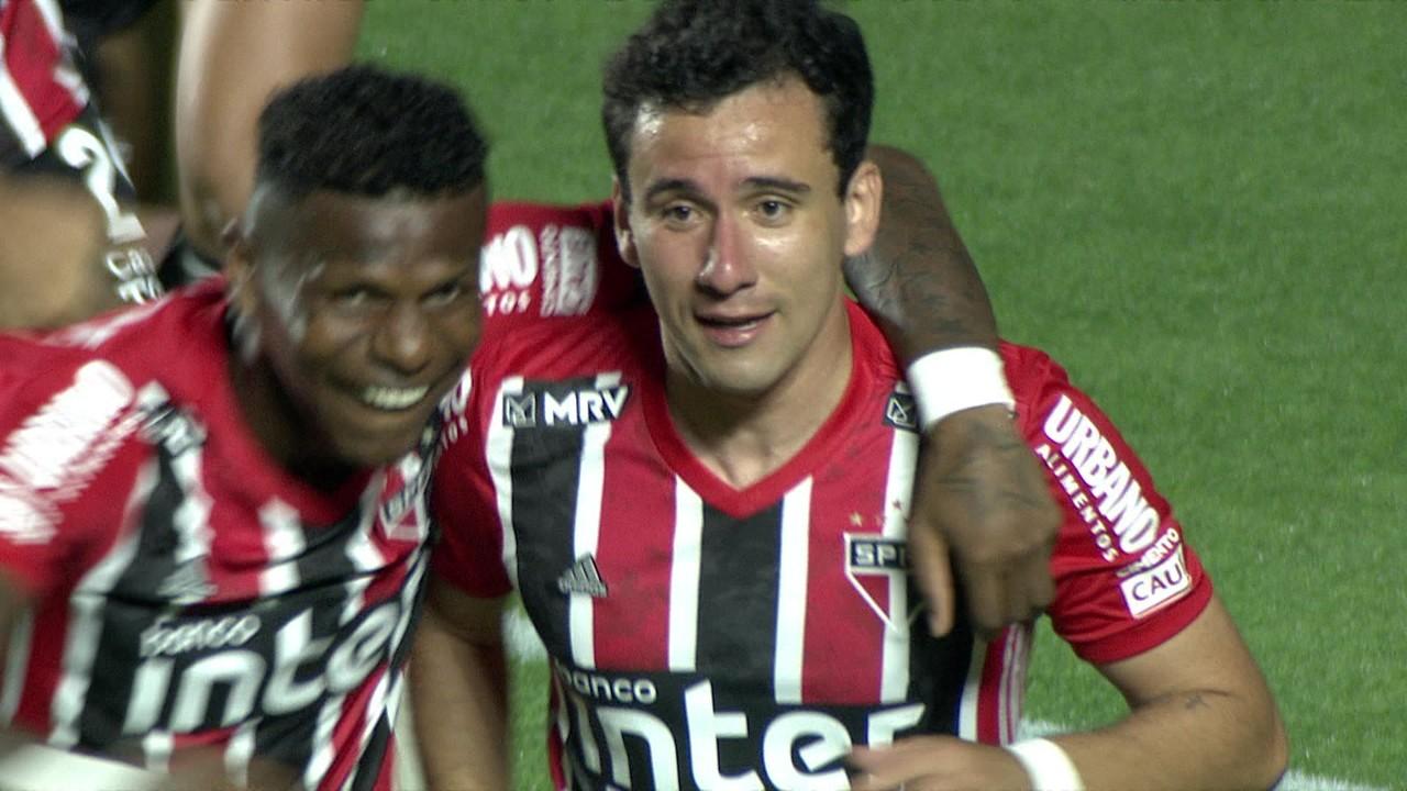 Ele fez outros dois gols contra o Bragantino. Primeiro de cabeça...