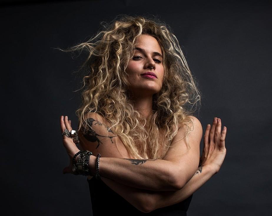 Ana Cañas defende liberdade sexual feminina em álbum militante de discurso mais forte do que a música
