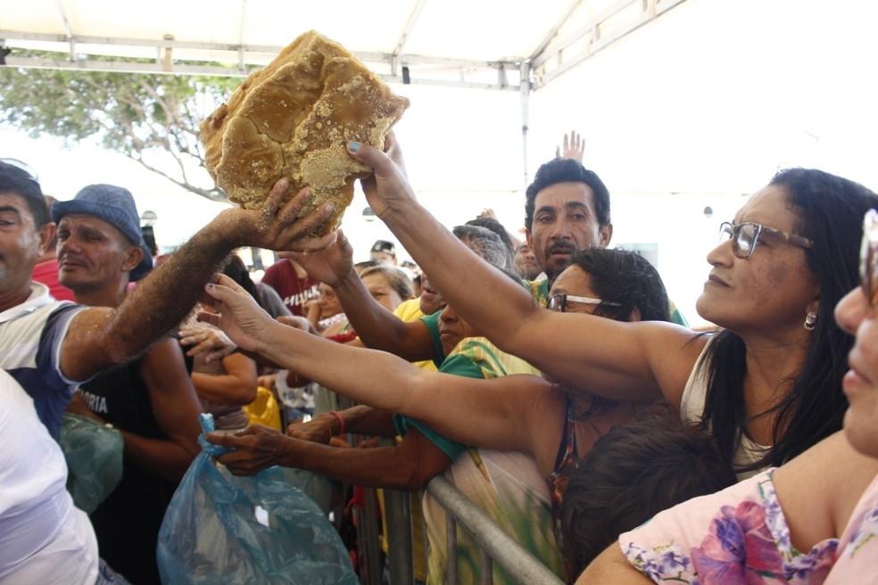 O doce foi distribuído para as mais de 1000 pessoas presentes no local — Foto: Divulgação/ Geysa Teixeira