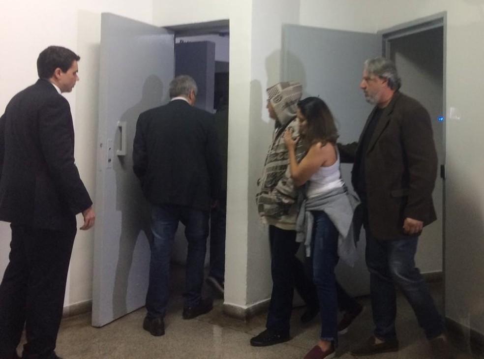 Vanessa de Camargo, mãe da namorada do ator Rafael Miguel chega ao 98° DP para depor — Foto: Abrahão Cruz/TV Globo/Arquivo