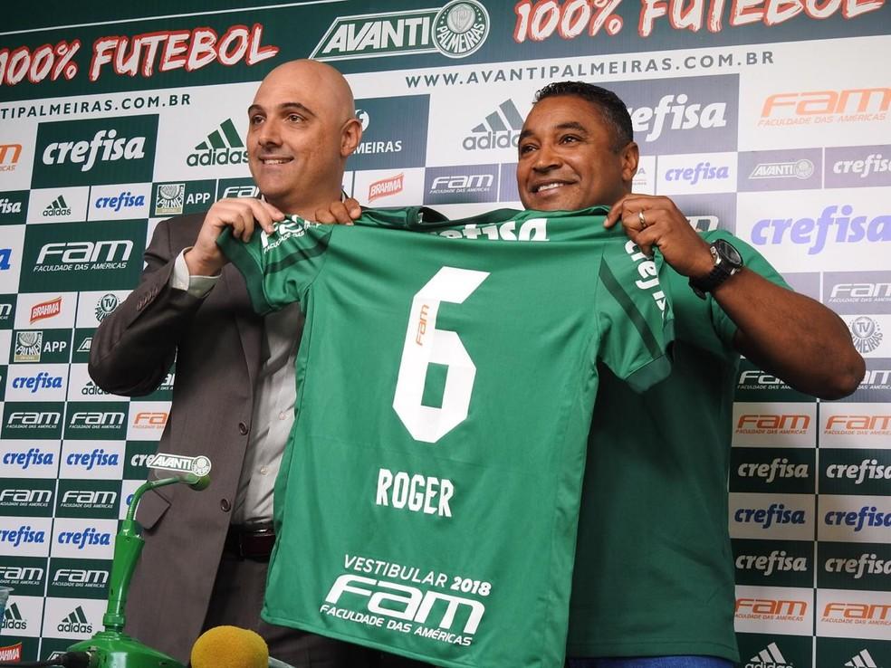 Roger Machado recebeu uma camisa com seu nome e o número 6, que usava na época em que era lateral-esquerdo  (Foto: Tossiro Neto)