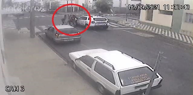 Homem empina moto ao lado de viatura e é detido após veículo falhar no semáforo; vídeo