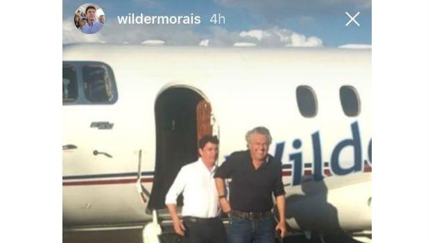 Caiado pega carona em avião de Wilder Morais (Foto: Reprodução)