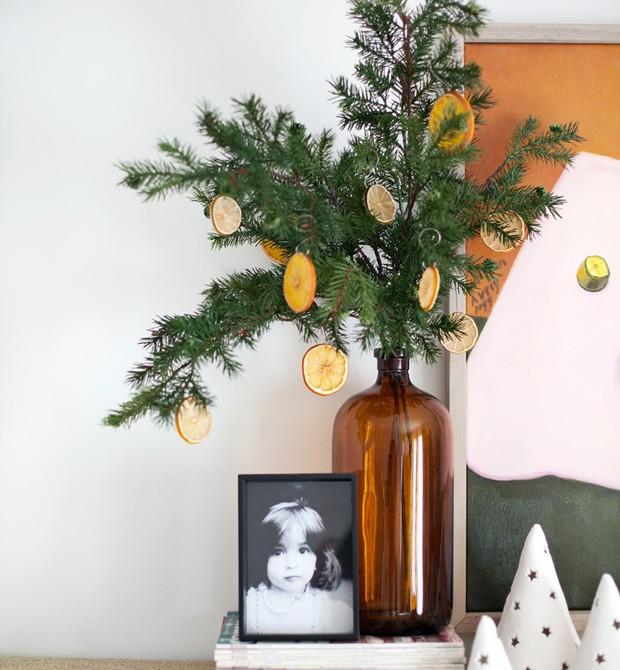 Laranjas desidratadas no arranjo que faz as vezes de árvore de Natal (Foto: Reprodução / A Beautiful Mess)